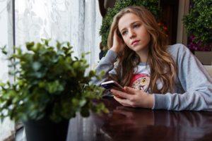 3 moduri de a sprijini un prieten negativ